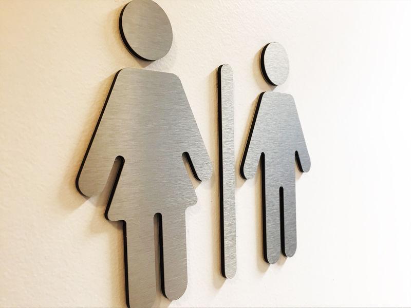 Découpe d'une forme personnalisée pour les WC d'un restaurant