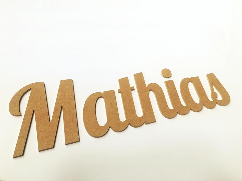 Prénom bois en lettres attachées pour Mathias