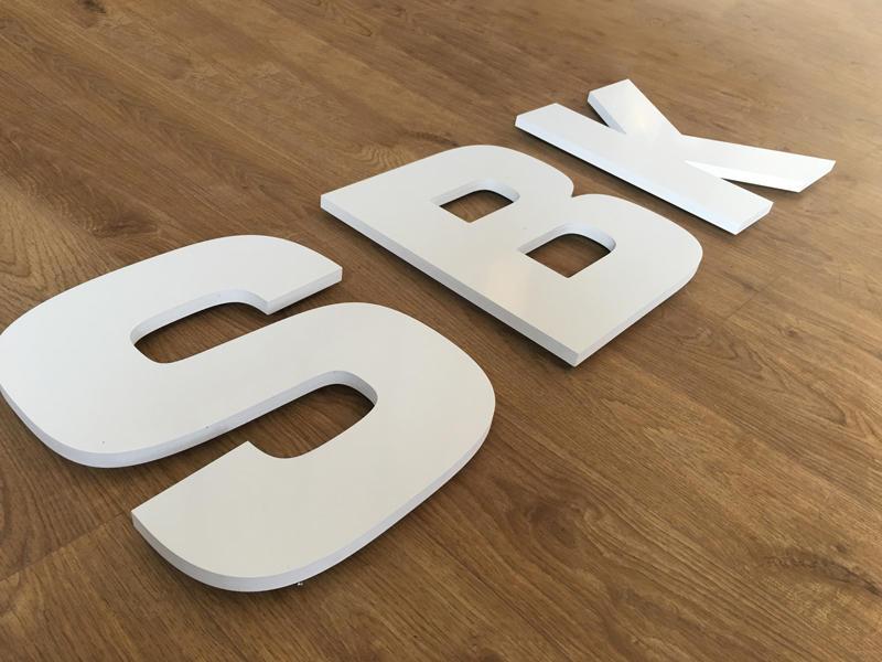 Enseigne en lettres découpées PVC blanc