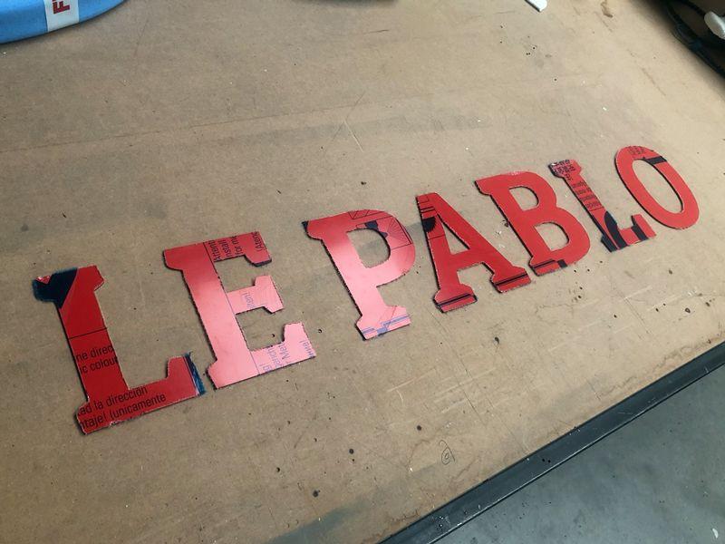 Découped'une enseigne en lettres alu rouge pour un restaurant parisien.