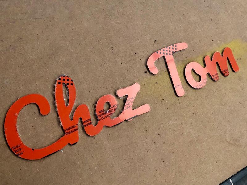Texte et prénom découpé en alu chez Tom