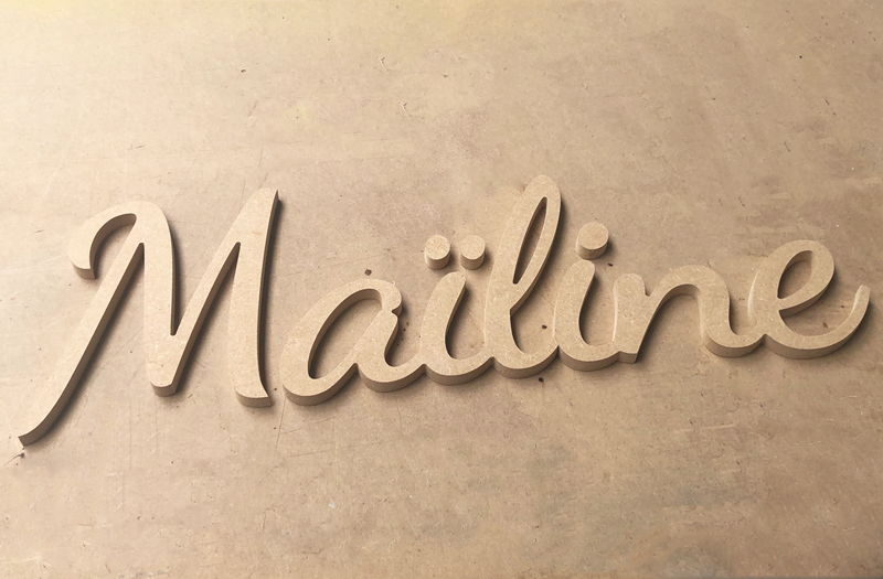 Lettres en bois prénom Mailine en lettres attachées
