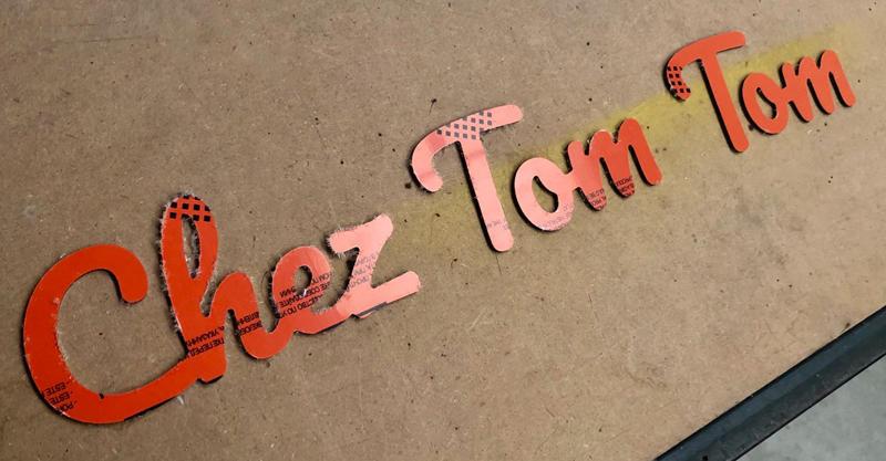 Découpe de lettres en alu composite pour le prénom Tom